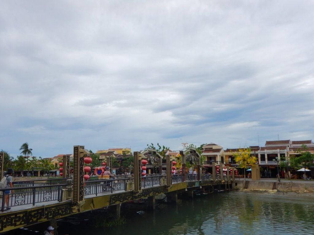 トゥボン川沿いの風景