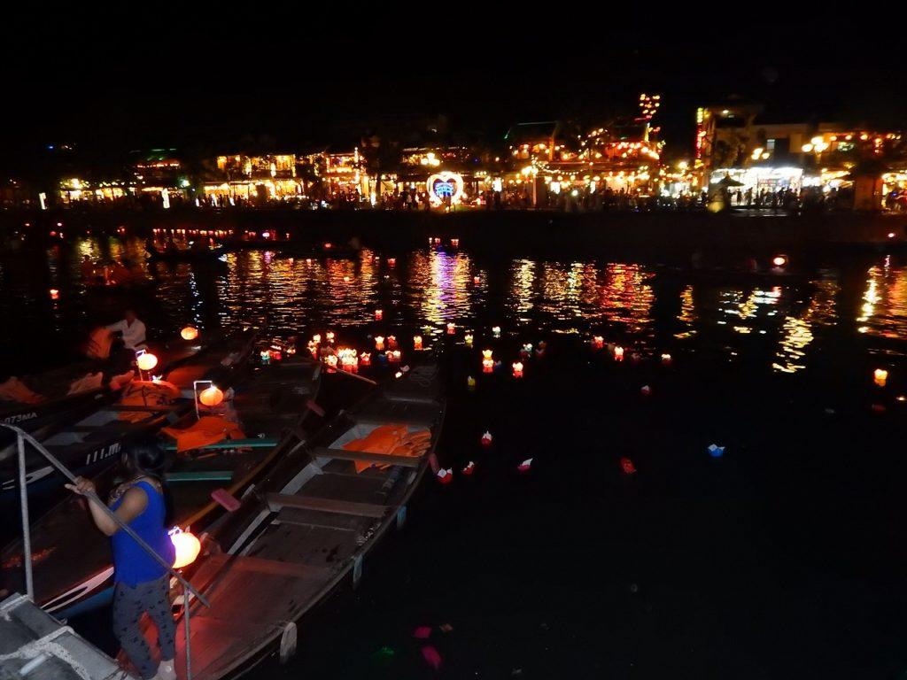 トゥボン川沿いの風景のライトアップ