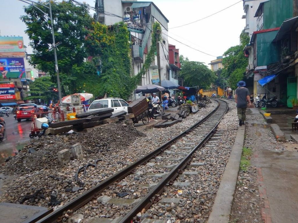 ベトナム鉄道が走る線路沿いの風景