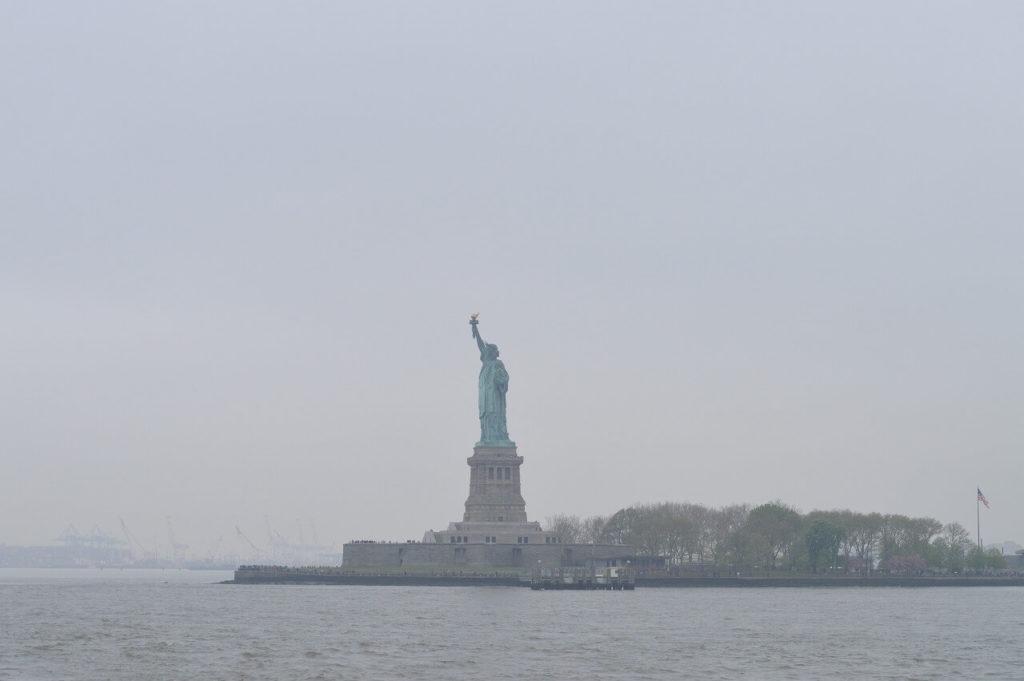 自由の女神像のある島