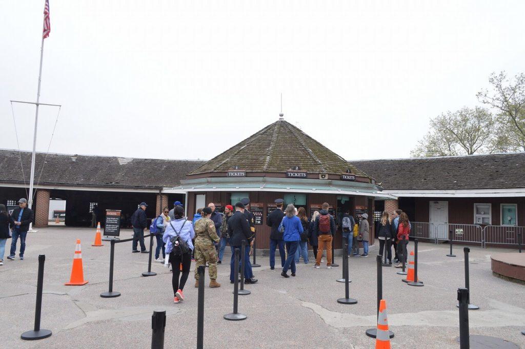 自由の女神像とエリス島へのチケット売り場