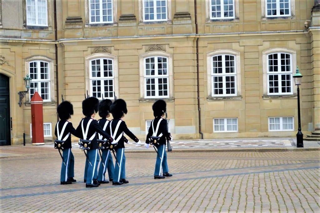 コペンハーゲンのアマリエンボー宮殿の衛兵交代式