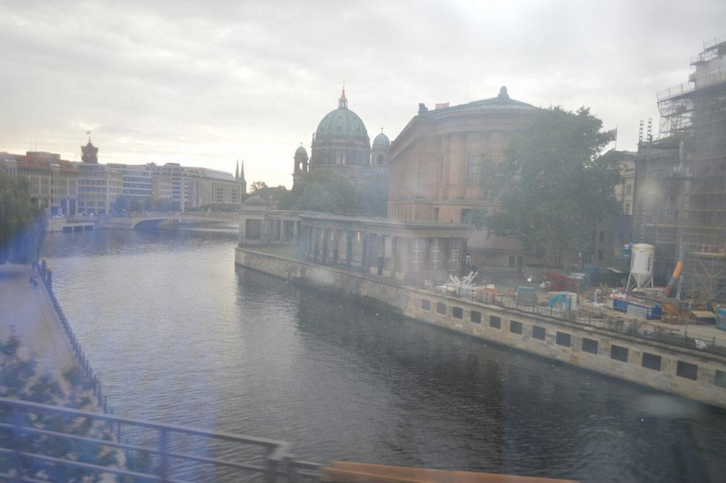 電車から見えるベルリン大聖堂
