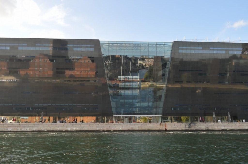 ボートから見たデンマーク王立図書館