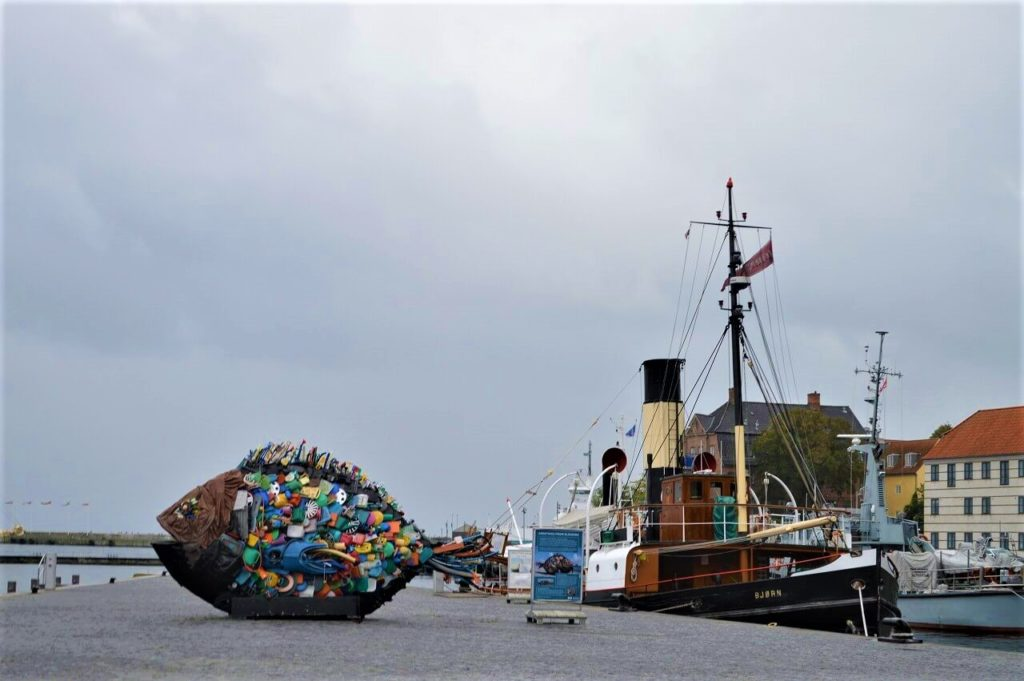 川岸に漂ったゴミや浮遊物でできた「Garbage fish」