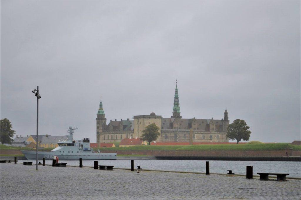 クロンボー城と港