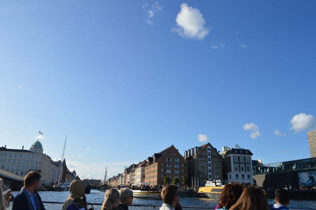 運河から眺めるニュハウン(Nyhavn)の街並み