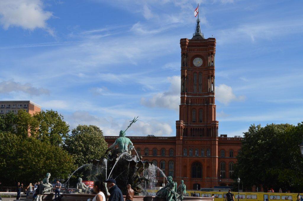 ネプチューンの泉と赤い市庁舎