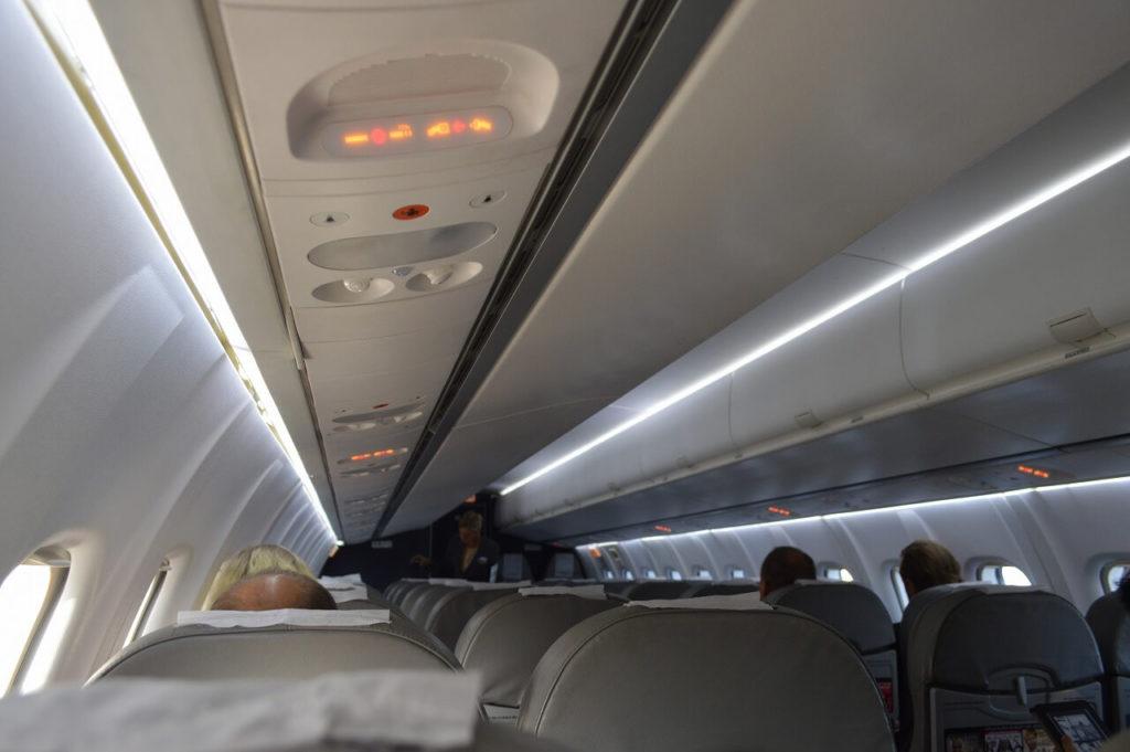 ブロンマ空港からヴィスビュー行の飛行機の車内