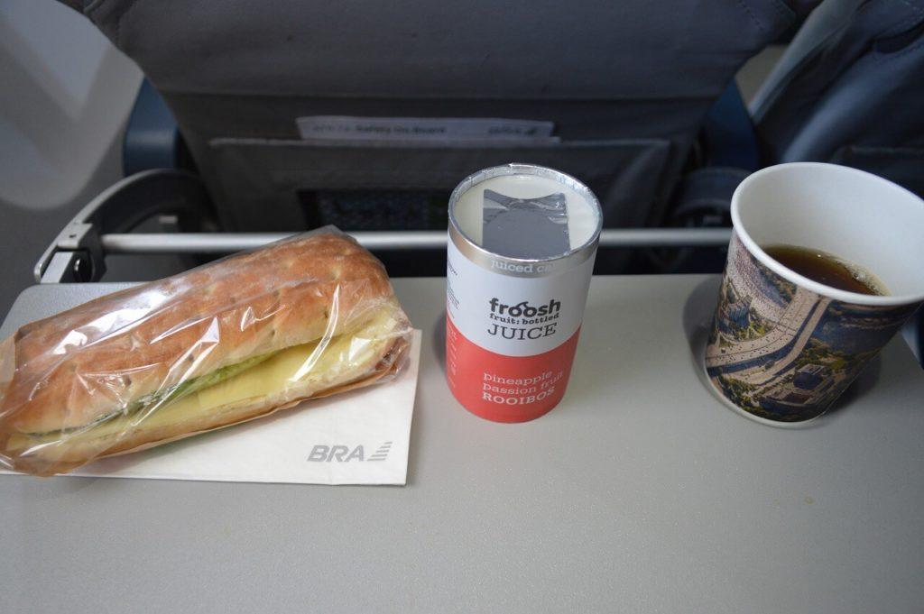 ブロンマ空港からヴィスビュー行の飛行機の機内食