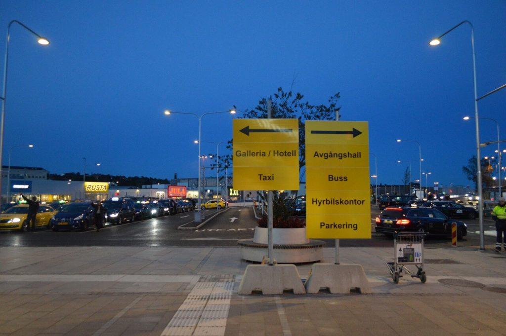 ブロンマ空港のバスとタクシーの案内