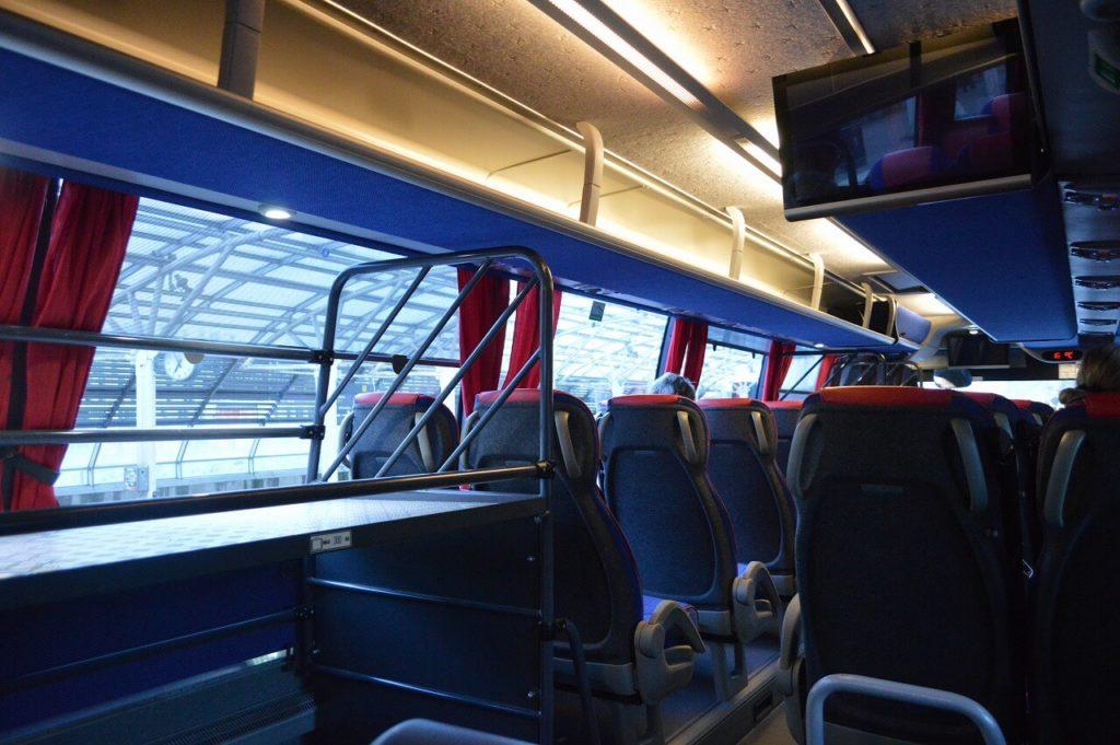 ブロンマ空港行のバスの車内