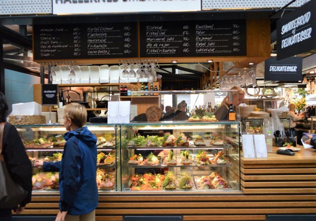 コペンハーゲンの「Torvehallerne」マーケット内にあるスモーブローのお店