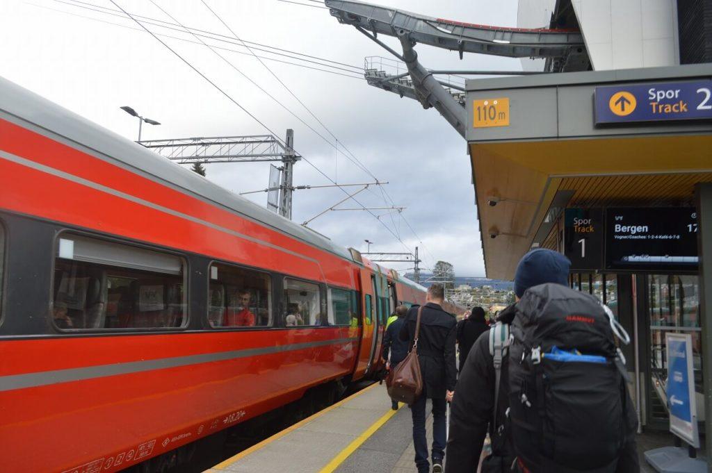 ノルウェーのヴォス駅からベルゲンへ向かうベルゲン鉄道