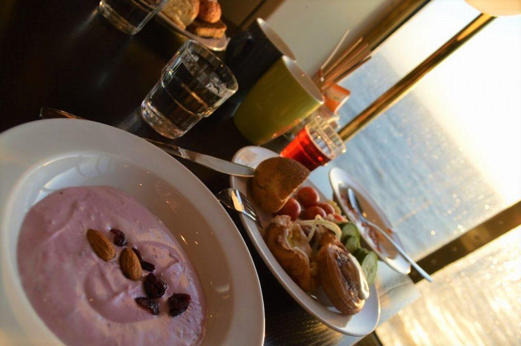 DFDF船内レストランでの朝食ビュッフェ