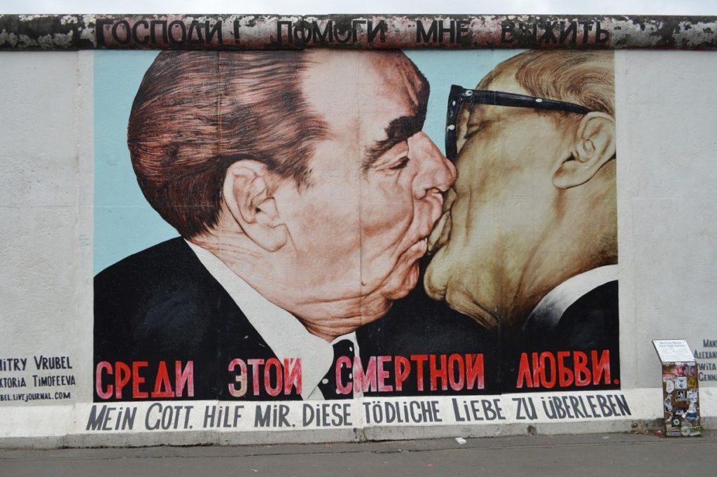 ブレジネフとホーネッカーのキス