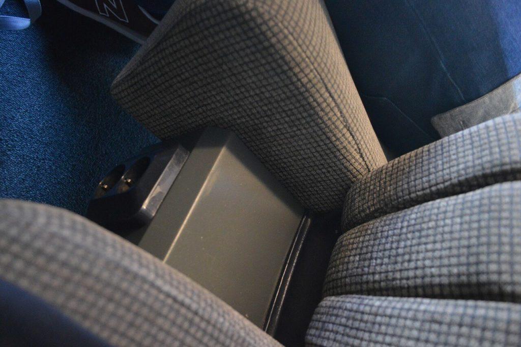 スウェーデン国鉄車内の1等車の座席下にある電源