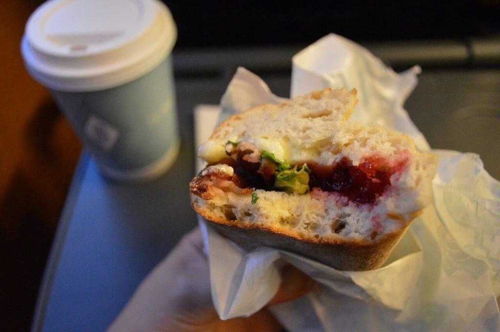 オスロ駅のカフェのコーヒーとサンドイッチ