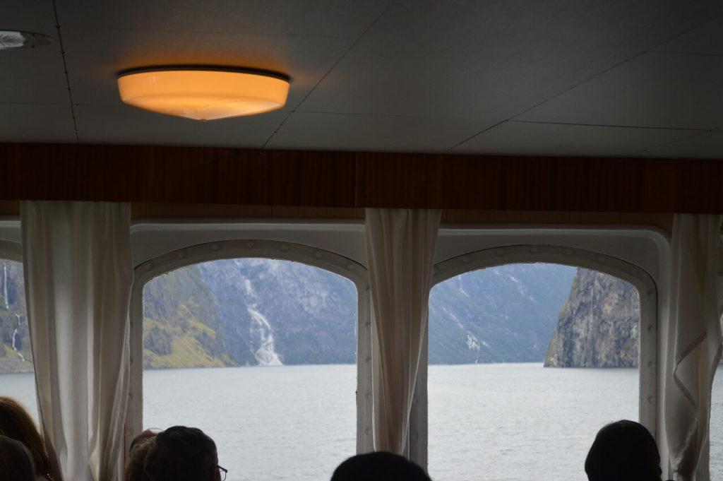 船内から見るソグネフィヨルド