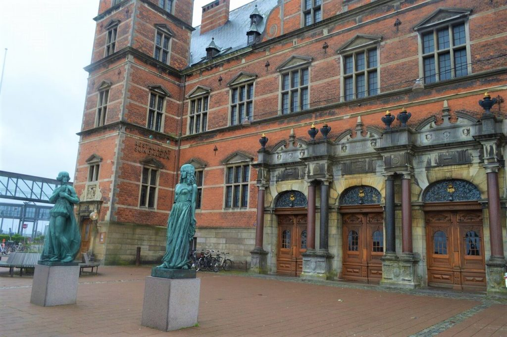 Helsingør駅にあるハムレットとオフィーリアの像