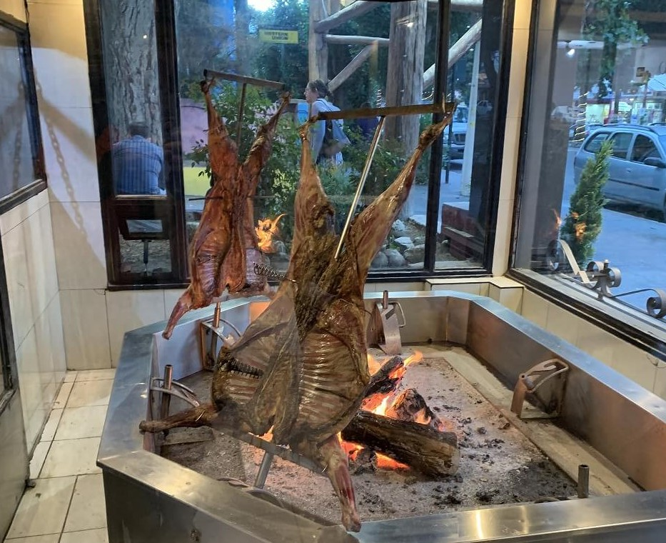 エルカラファテの町のレストラン「Casimiro Biguá Parrilla & Asador-Steak House - El Calafate」