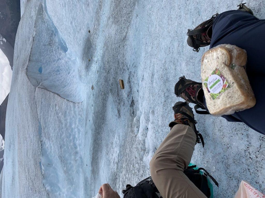 ロス・グラシアレス国立公園のペリトモレノ氷河でのランチタイム