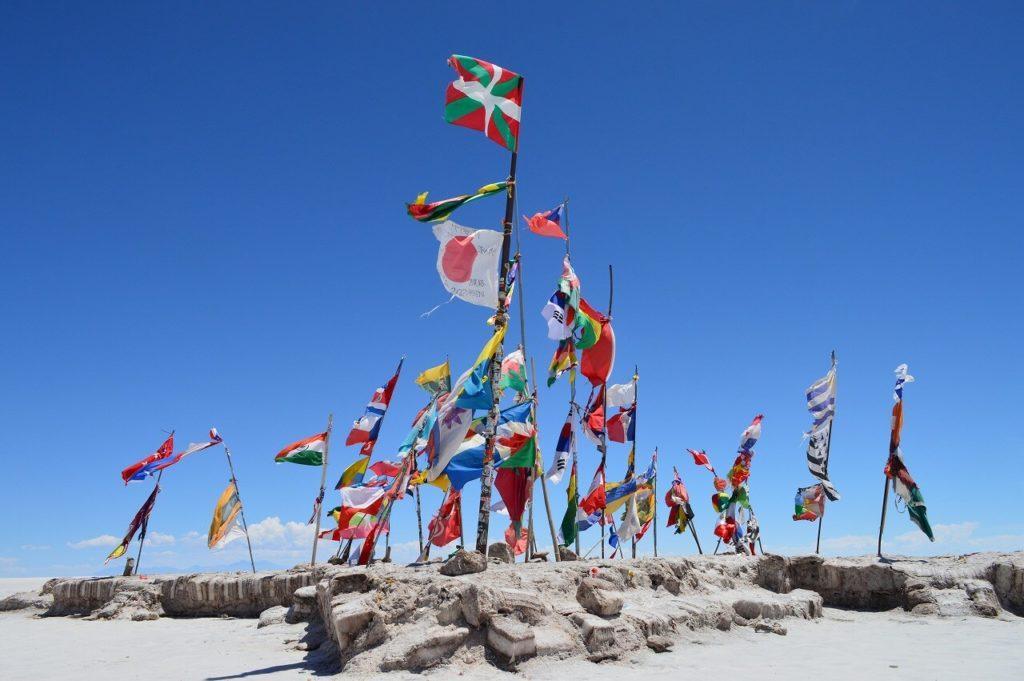ウユニ塩湖(Salar De Uyuni)にあるカラフルな国旗