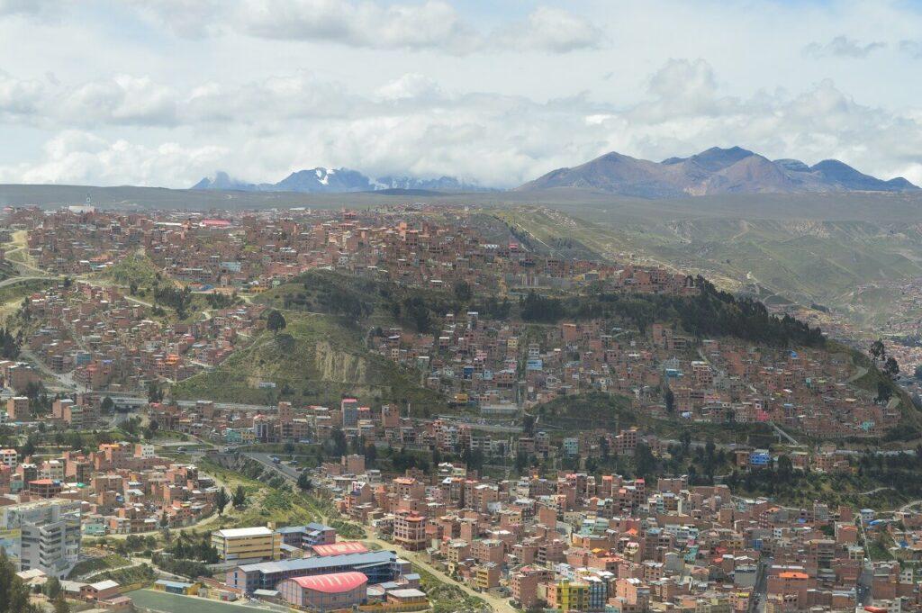 ラパスの街並みとアンデス山脈
