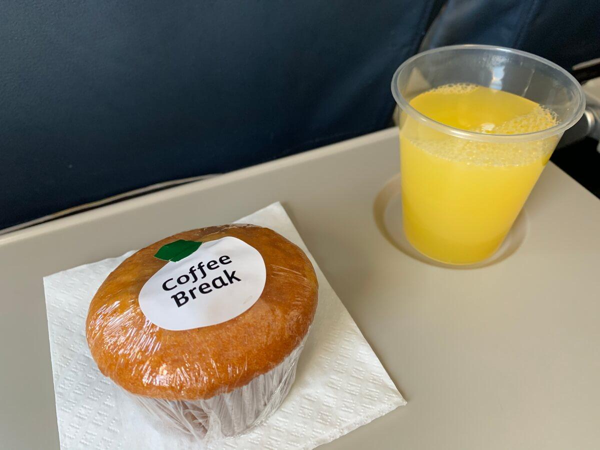 クスコ行きのフライト中の軽食のマフィン