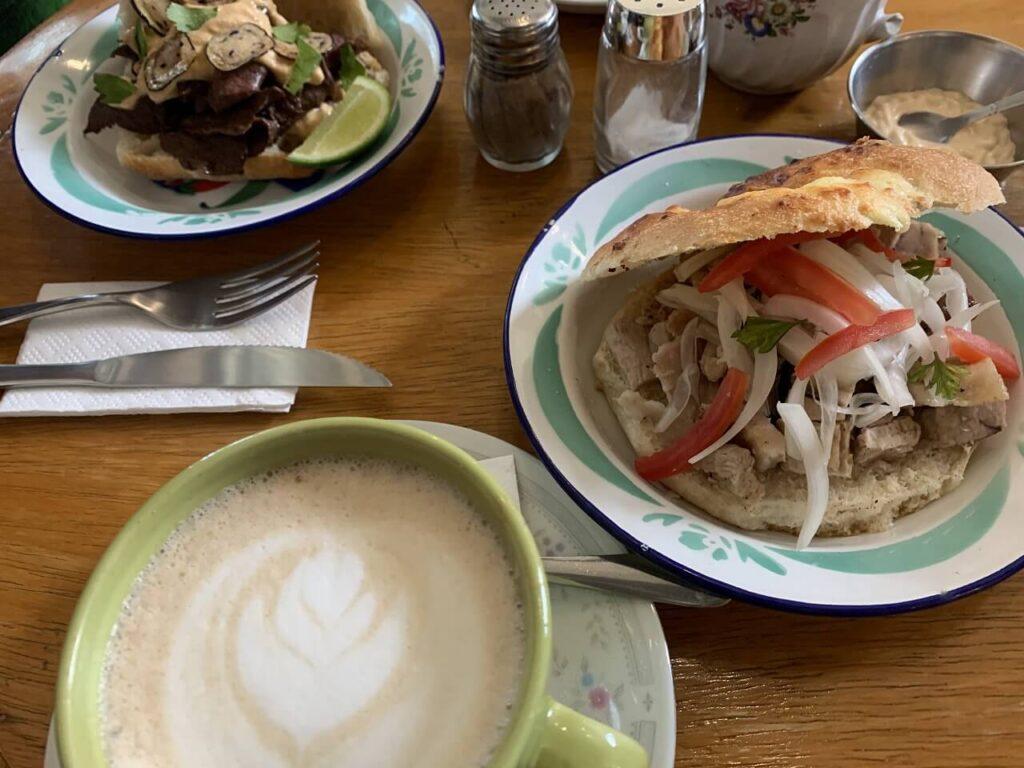 ラパスのカフェで食べたアンティクーチョ