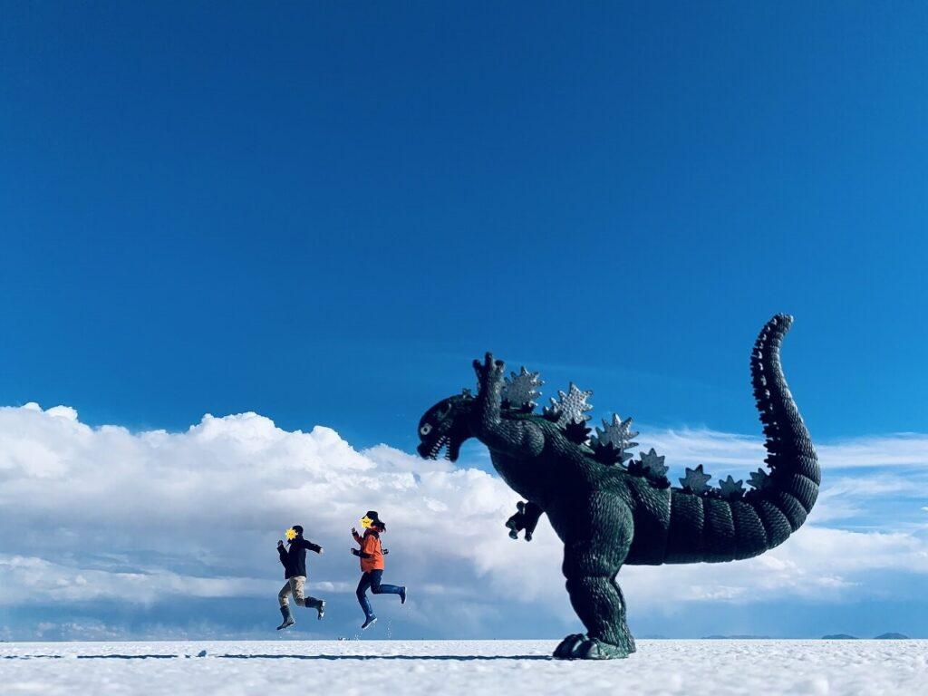 ウユニ塩湖で恐竜とトリックアート