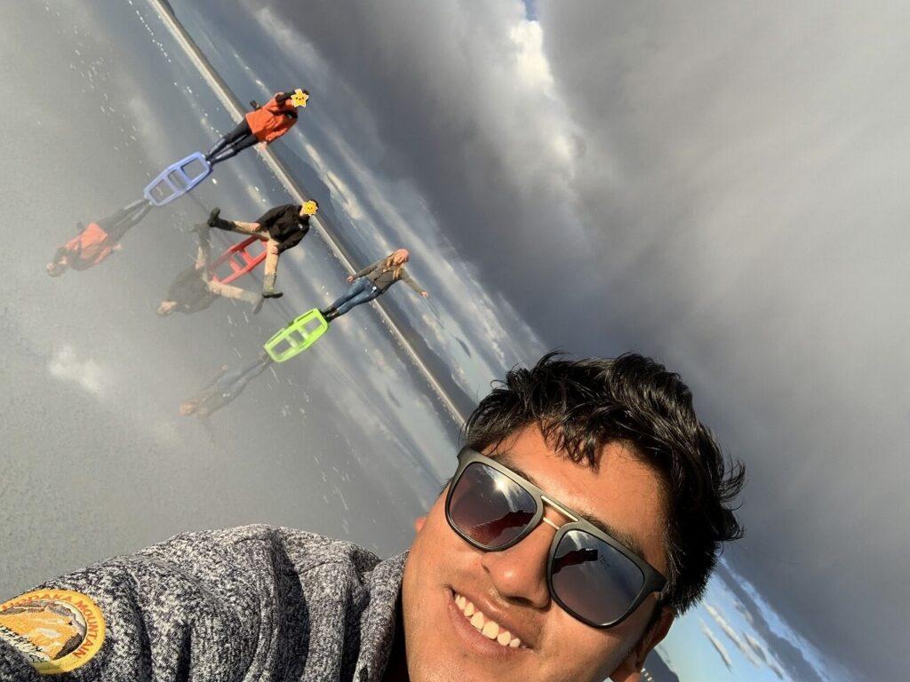 ウユニ塩湖ツアーのドライバーさんとの写真