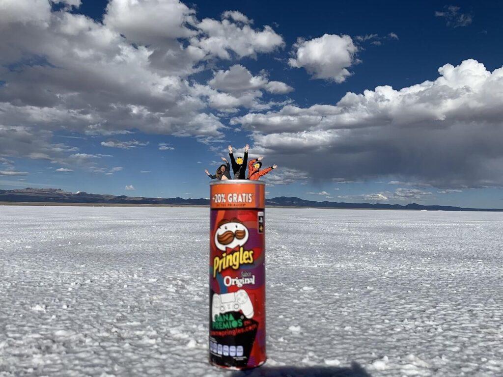 ウユニ塩湖でトリックアート