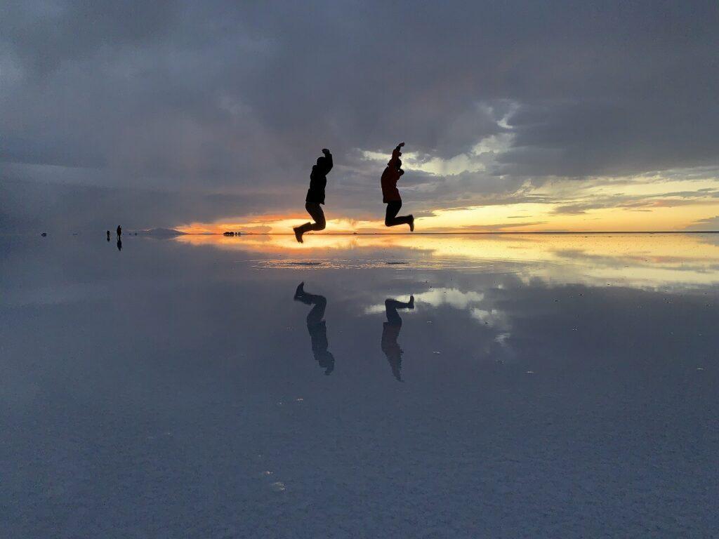 ウユニ塩湖のサンセットを背景に