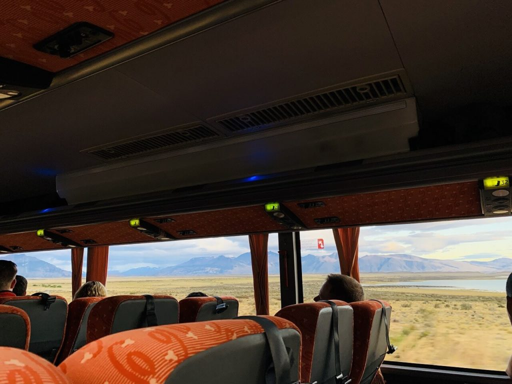 ロス・グラシアレス国立公園へ向かうバス