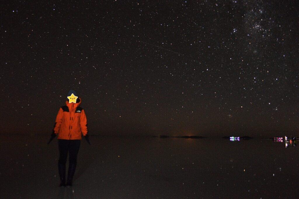 ウユニ塩湖の星空と鏡張りに映る星