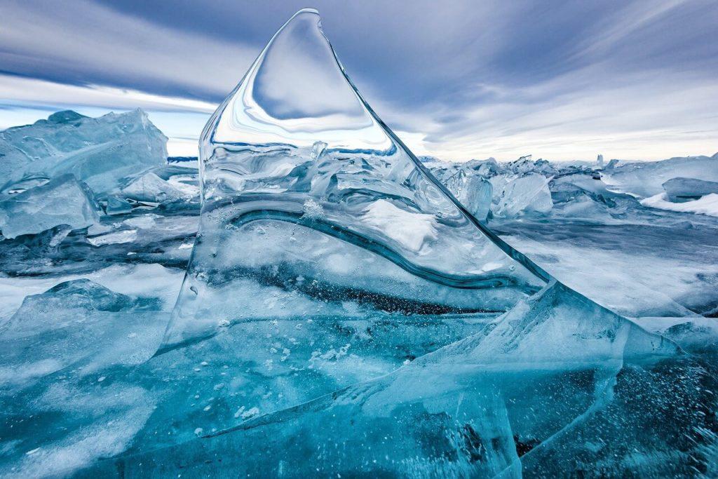 バイカル湖の氷は、世界一の透明度を誇る