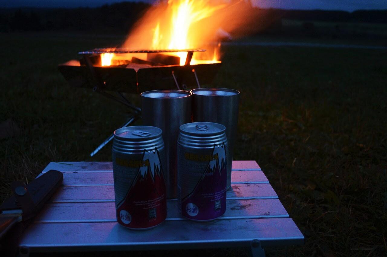 ふもとっぱらキャンプ場での焚き火とビール