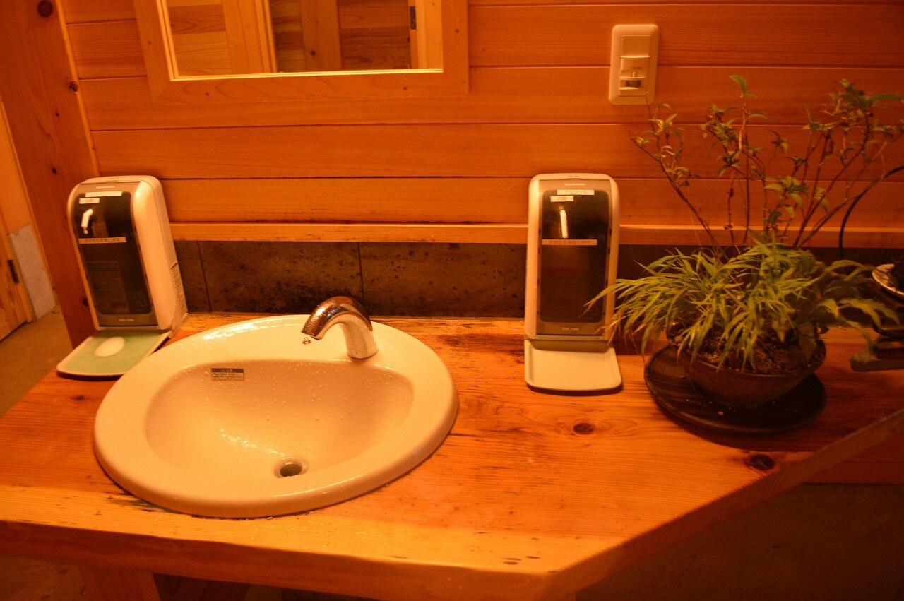 ふもとっぱらキャンプ場の草原中央トイレの洗面所