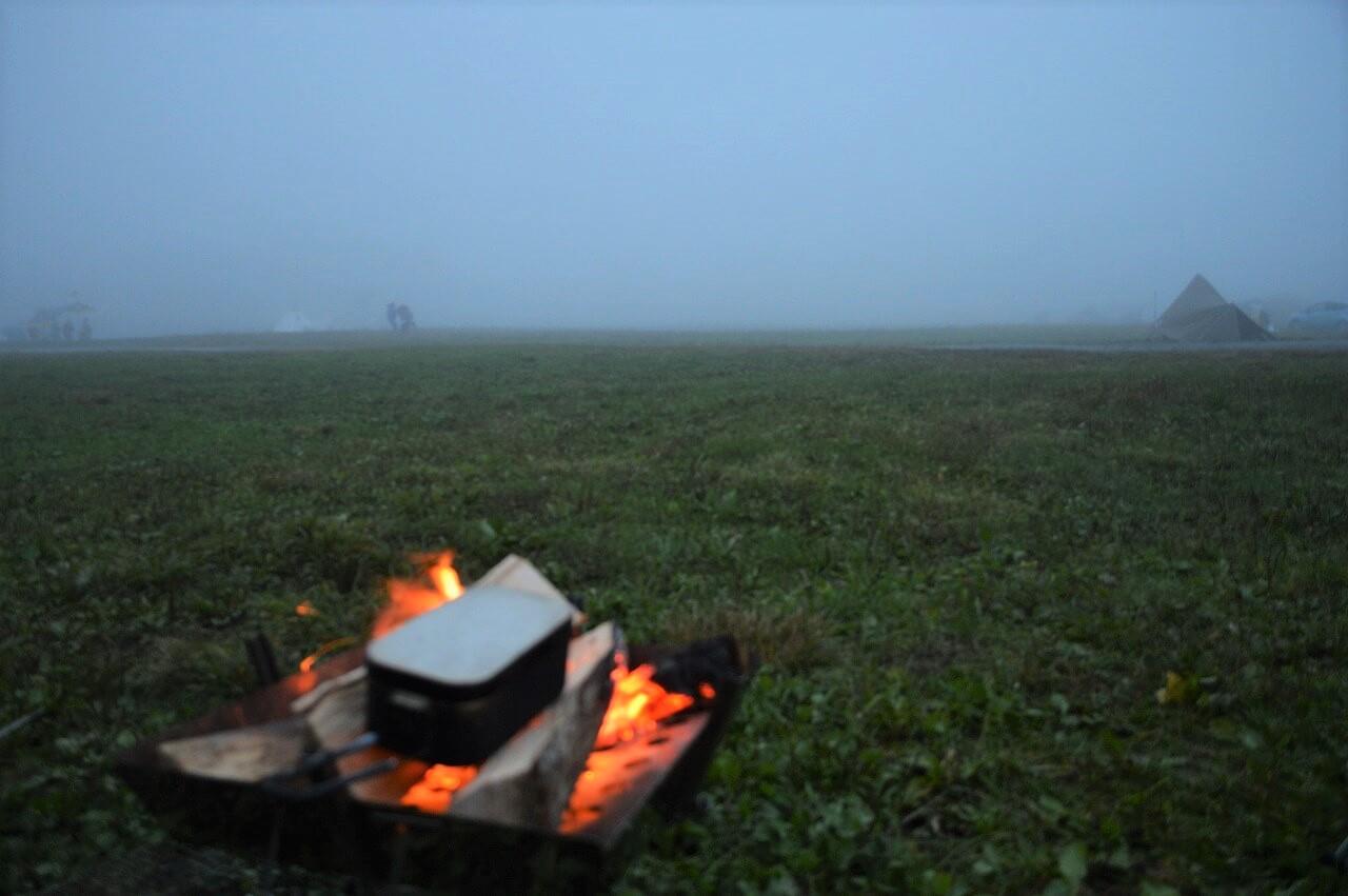 ふもとっぱらキャンプ場の霧と焚き火