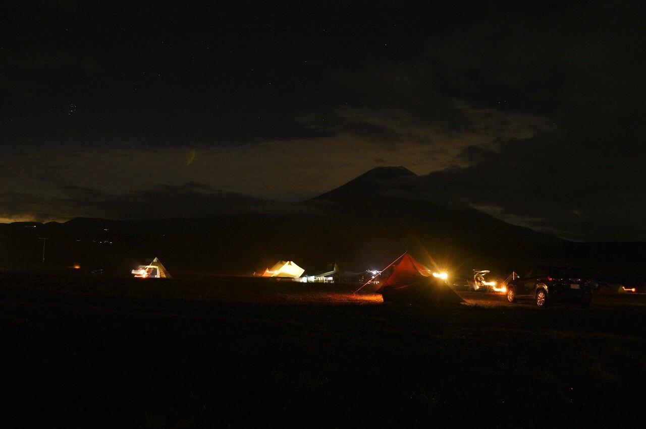 ふもとっぱらキャンプ場の夜と富士山